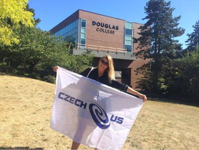 Magda s vlajkou před univerzitou