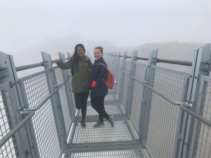 Jana s kamarádkou na mostě