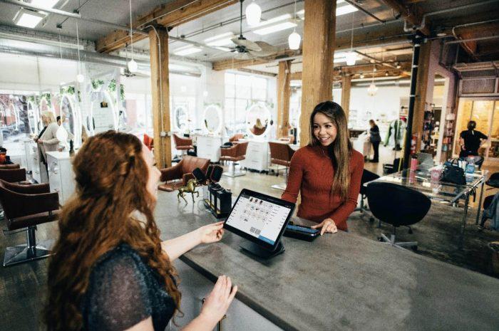 Dívky konzultují problém u notebooku